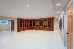 与大定制的书橱的宽敞空的地下室区域 库存图片