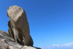 与大岩石在左边,撒丁岛,意大利的蓝天背景 免版税库存照片