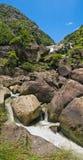 与大岩石的山小河 免版税库存图片