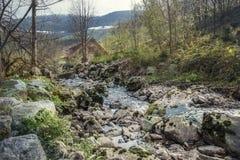 与大岩石的河床 库存图片