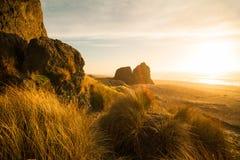 与大岩石的海滩 在俄勒冈海岸的日出 免版税库存照片