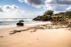 与大岩石的海滩在Tofo 图库摄影