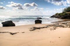 与大岩石的海滩在Tofo 免版税库存照片