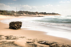与大岩石的海滩在Tofo 免版税库存图片