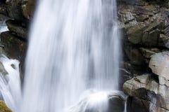 与大岩石的瀑布 库存图片