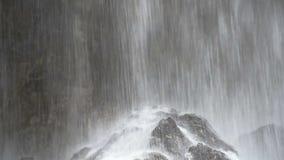 与大岩石的瀑布 股票视频