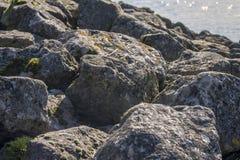 与大岩石的防波堤 图库摄影
