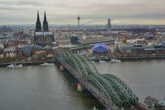 与大教堂、电视塔、Hohenzoller桥梁和河的科隆白天风景 免版税库存图片