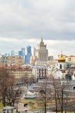与大教堂和摩天大楼的莫斯科都市风景 库存图片