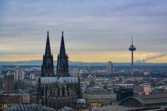 与大教堂和电视塔的科隆地平线在早日落 免版税库存图片