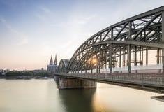 与大教堂和钢桥梁,德国的Koln都市风景 免版税库存图片