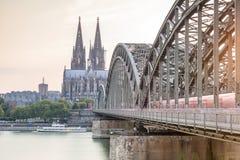 与大教堂和钢桥梁,德国的Koln都市风景 库存照片