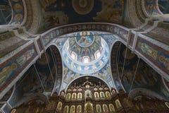 与大教堂拱顶式顶棚的内部  免版税库存图片