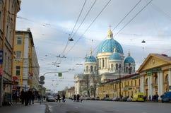 与大教堂的都市风景 免版税库存照片