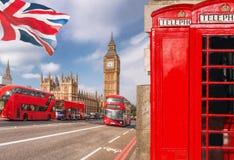 与大本钟、双层公共汽车和红色电话亭的伦敦标志在英国,英国 免版税库存图片