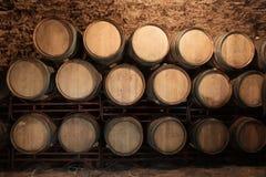 与大桶的葡萄酒库内部 免版税库存照片
