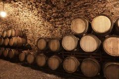 与大桶的葡萄酒库内部 免版税库存图片