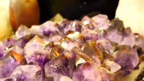 与大水晶的紫色的石头 影视素材