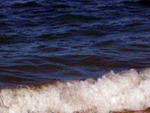与大波浪的蓝色 库存照片