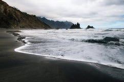 与大波浪的Benijo海滩和在海岛特内里费岛,西班牙的北海岸的黑沙子 库存照片