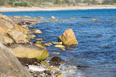 与大海和岩石的海滨 免版税图库摄影