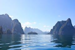 与大海的石灰石山在国家公园 免版税库存照片