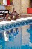 与大海的水池在一家豪华旅馆里 免版税库存照片