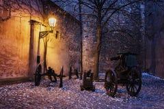 与大炮的黑暗的壁角历史的城堡在历史的灯之前点燃了 免版税库存照片