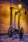 与大炮的黑暗的壁角历史的城堡在历史的灯之前点燃了 免版税库存图片