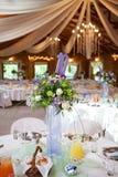 与大烛台的装饰的桌在结婚宴会,有选择性 图库摄影