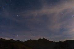 与大熊座和卡佩拉的满天星斗的天空从阿尔卑斯 免版税图库摄影