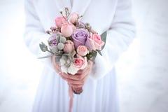 与大玫瑰的意想不到的婚礼花束在紫色色彩 免版税库存照片