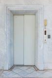 与大理石墙壁的电梯门 免版税库存图片