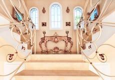 与大理石步和装饰和orname的豪华楼梯 免版税库存照片