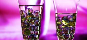 与大理石的两块香槟玻璃 概念 库存图片
