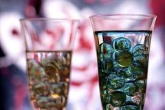 与大理石的两块香槟玻璃 正确的玻璃在焦点 免版税库存照片