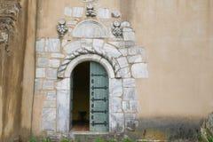 与大理石石框架,独特的教会入口的老木门 免版税库存图片