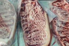 与大理石纹理套的特写镜头未加工的wagyu牛肉在曼谷密封的清楚的塑料,泰国 库存图片