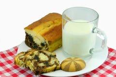 与大理石花纹蛋糕和曲奇饼的牛奶 免版税库存照片