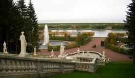 与大理石雕塑的小瀑布在Peterhof 图库摄影