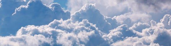 与大白色的天空覆盖全景 免版税库存图片