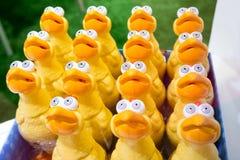 与大眼睛的玩具滑稽的鸡 库存照片