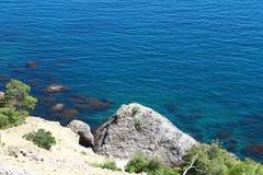 与大石头在一个夏日,自然照片的好的岩石蓝色海海滩  免版税库存照片