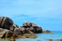 与大石头的热带海滩 免版税图库摄影