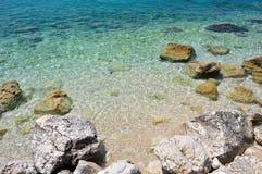 与大石头的美丽的海滩在Podgora,克罗地亚 免版税库存照片