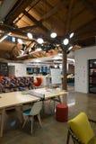 与大窗口、鼓励合作的自然光和布局的时髦现代开放概念顶楼办公室空间 库存图片