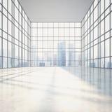 与大窗口的明亮的晴朗的开放学制内部 免版税库存照片