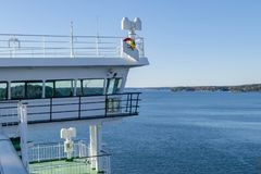与大窗口的游轮白色客舱 巡航划线员连续桥梁翼  在蓝天的白色游轮与雷达和 库存图片