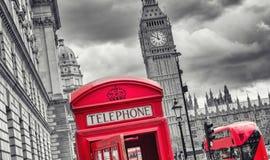 与大笨钟、双层公共汽车和红色电话的伦敦标志作嘘声 库存图片