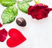 与大红色心脏、玫瑰和巧克力的情人节边界 库存照片